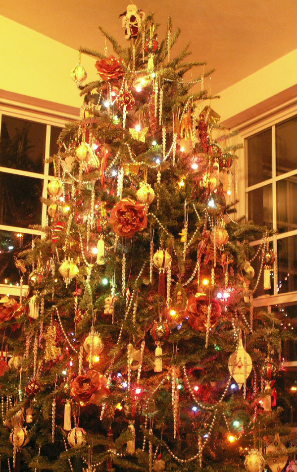 Full Size Christmas Tree with Victorian Ornaments from Orna Mentz